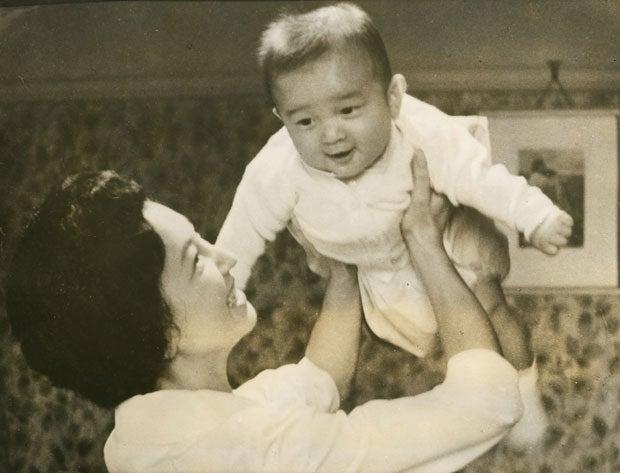 生後6カ月になった浩宮さまは美智子さまにあやされて大