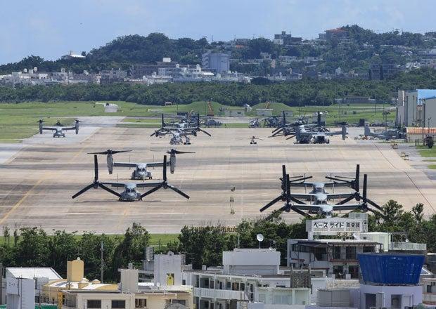 海兵隊の普天間飛行場にずらりと駐機するオスプレイ。辺野古に行く行かないで日本は大騒ぎだが、海兵隊の本音は「どちらでも構いません」 (c)朝日新聞社 @@写禁