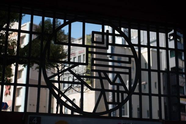 """浅草駅""""東洋で最初の地下鉄駅""""浅草。レトロな意匠が随所に見られる4番出入口の格子にあしらわれた「地下鉄出入口」という文字の意匠"""