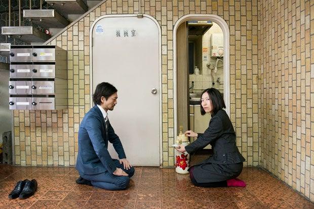 給湯室の前で茶を点てる谷田半休家元(仮)(撮影/奥村智載)
