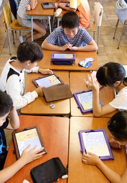 東京都小金井市立前原小 6年生のプログラミングの授業。松田校長は危機感をこう表現する。「親も教師も、20年前の自分たちが受けた教育を前提に考えている。必要なのは子どもたちが社会に出る20年後を見据えること。そうでなければ学校で学ぶことと社会で必要とされるスキルの間に、40年のギャップが生じる」(撮影/関口達朗)