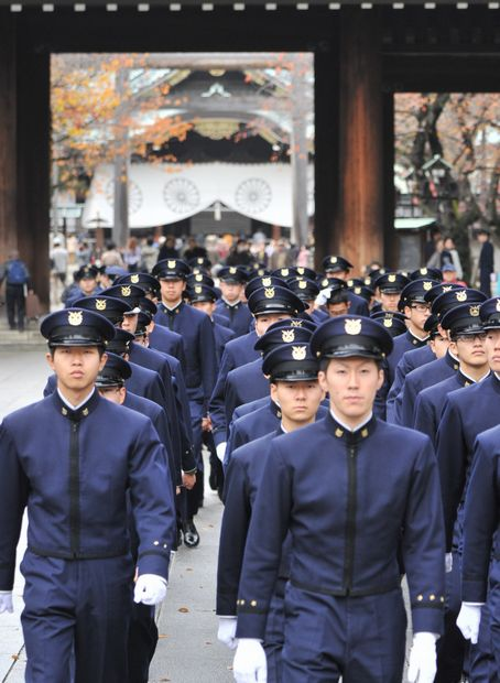 防衛大学校の学生有志たちの靖国神社参拝。陸海空軍を持たず、交戦権がない戦後憲法下では、「戦死」はありえないとされてきた (c)朝日新聞社