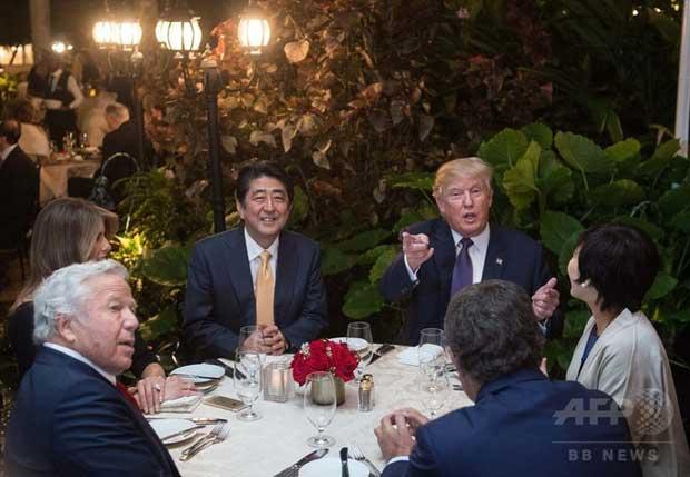 米フロリダ州パームビーチにあるドナルド・トランプ大統領のリゾート施設「マーアーラゴ・クラブ」で食事を共にする安倍晋三首相(中央左)と昭恵夫人(右端)、トランプ大統領(中央右)とメラニア夫人(左端)ら(2017年2月10日撮影)。(c)AFP/NICHOLAS KAMM