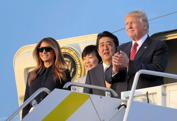 フロリダに到着した大統領専用機「エアフォースワン」から降りる安倍首相夫妻とトランプ夫妻 (c)朝日新聞社