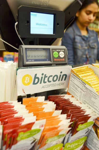 家電量販店などビットコインを使える店が増えてきた。一方で、「規格」をめぐる分裂問題も浮上。不透明感は拭えない (c)朝日新聞社