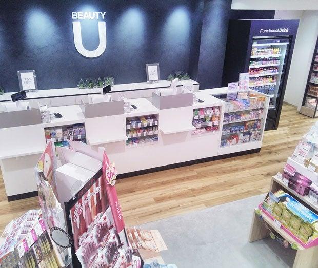 「BeautyU」の地下フロア。雑貨がずらり。レジ横には、ハリウッドセレブに人気のコールドプレスジュースLA Juiceが