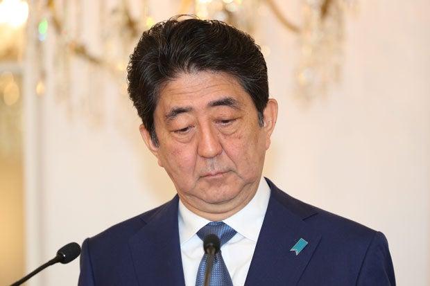 最近、表情の暗い安倍首相。支持率低下を止めることはできるのか (c)朝日新聞社