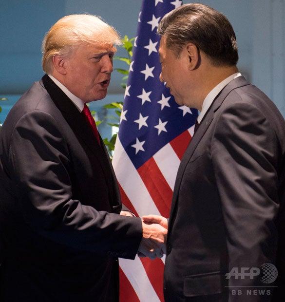ドイツ北部ハンブルクで開かれた20か国・地域(G20)首脳会議(サミット)の関連会合で握手する米国のドナルド・トランプ大統領(左)と中国の習近平国家主席(右、2017年7月8日撮影、資料写真)。(c)AFP/SAUL LOEB