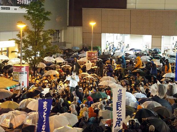 東京・秋葉原駅前に集まった聴衆に「右でも左でもなく、前へ」「下から、草の根の民主主義を取り戻す」と枝野氏は呼びかけた(撮影/西岡千史)