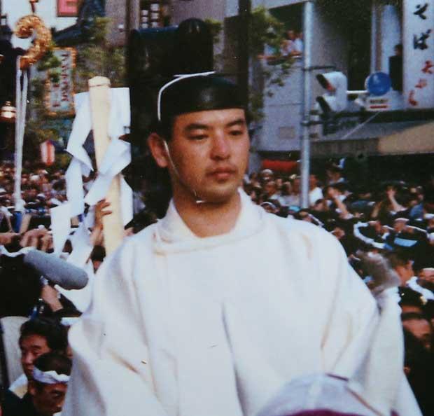 1991年、「神輿(みこし)納受式」で馬に乗る富岡茂永容疑者=富岡八幡宮のパンフレットから (c)朝日新聞社