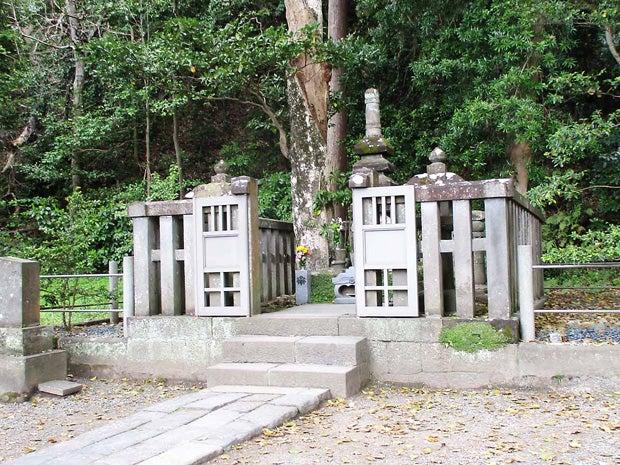 法華堂跡に残されている源頼朝の墓