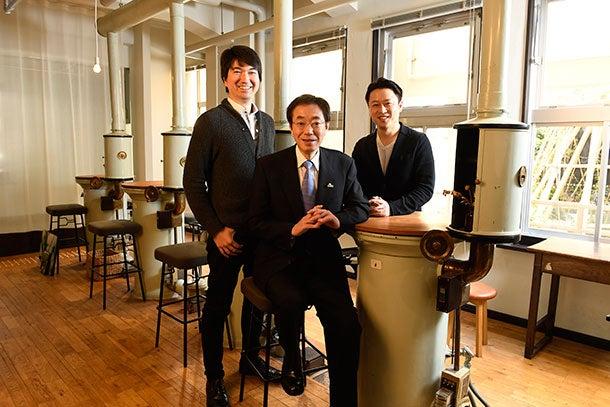 左:本城嘉太郎( ほんじょう・よしたろう)<br />株式会社モノビット代表取締役社長。1978年、兵庫県神戸市生まれ。2005年にモノビットの前身となるゲーム会社を創業。ネットワークゲームの開発に着手。13年からモノビットリアルタイム通信エンジンの販売を開始。17年、日本初のゲームAI 専門会社モリカトロン設立、代表に就任<br />中:久元喜造( ひさもと・きぞう)<br />1954年2月、神戸市兵庫区生まれ、高校時代までを神戸で過ごす。東京大学法学部卒。1976年に旧自治省に入り、総務省選挙部長、自治行政局長などを歴任。2012年11月、神戸市副市長。13年11月から第16代神戸市長に就任<br />右:山本敏行( やまもと・としゆき)<br />ChatWork 株式会社CEO。1979年、大阪府寝屋川市生まれ。中央大学商学部在学中に米国ロサンゼルスでEC studio を創業、2004年に法人化。11年、ビジネスチャット「ChatWork」の販売開始。12年、現社名に変更、シリコンバレーに米国法人設立