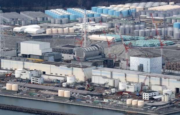 福島第一原発(2018年2月21日)。手前右から2号機、3号機、4号機の建屋。3号機は、カマボコ形のドームが完成した。背後には汚染水をためるタンクが立ち並ぶ (c)朝日新聞社