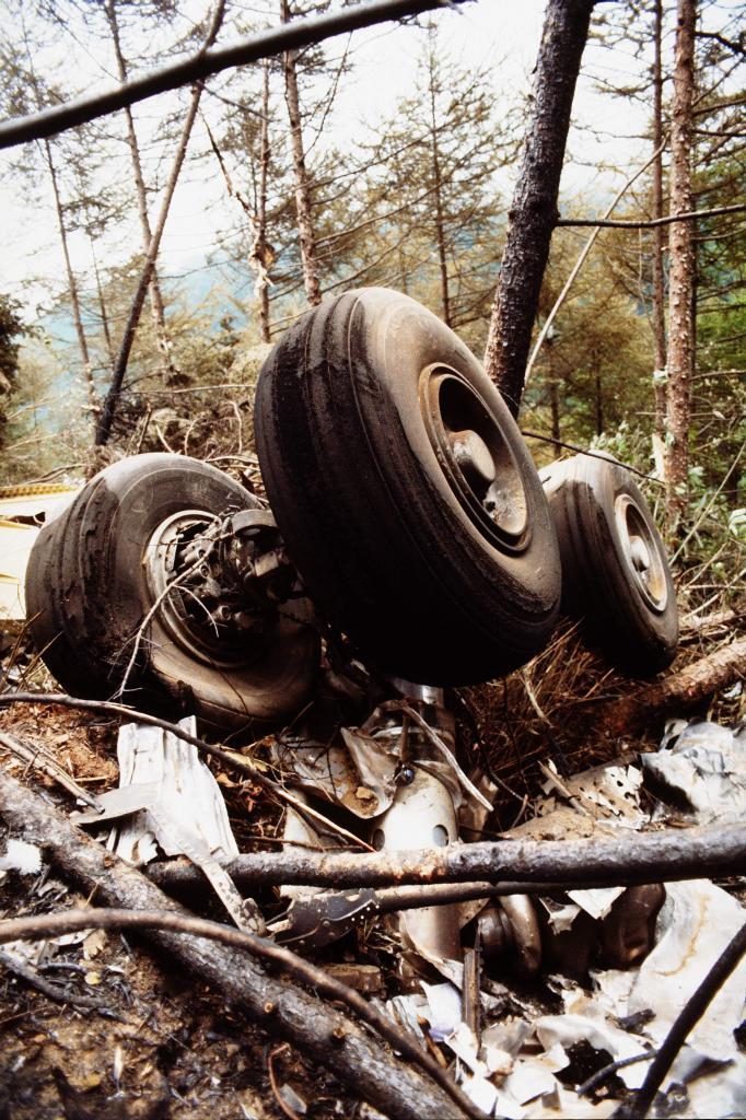墜落した日航ジャンボ機の車輪(C)朝日新聞社