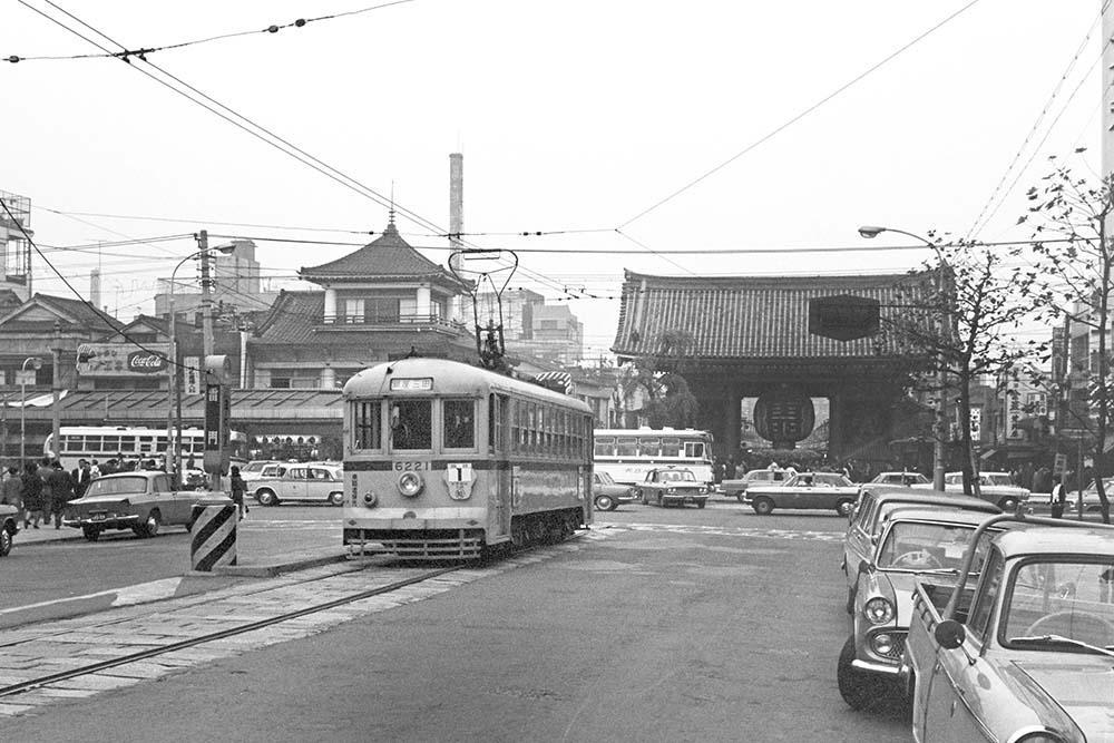 AERA dot.浅草「雷門」に美しく調和する路面電車 かつてそびえた「日本のエッフェル塔」とは?