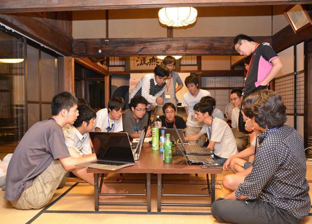 16年には羽角さんら移住エンジニアが地元の飲食店と日本酒飲み比べイベントを企画。合宿して専用アプリも開発し、盛り上がった(写真:松江市提供)