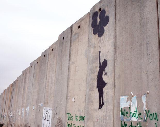 「分離壁に描かれた少女と風船」2006年撮影/イスラエル