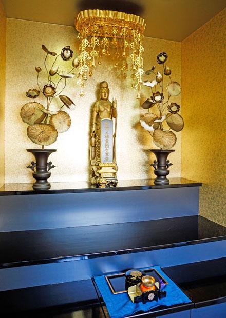 常福寺(東京都世田谷区)にある猫に特化した訪問葬儀サービス「キャットPaPa」では、動物納骨堂「佛性苑」内の仏像の下の合同墓に納骨する合同埋葬プランがある(撮影/今村拓馬)