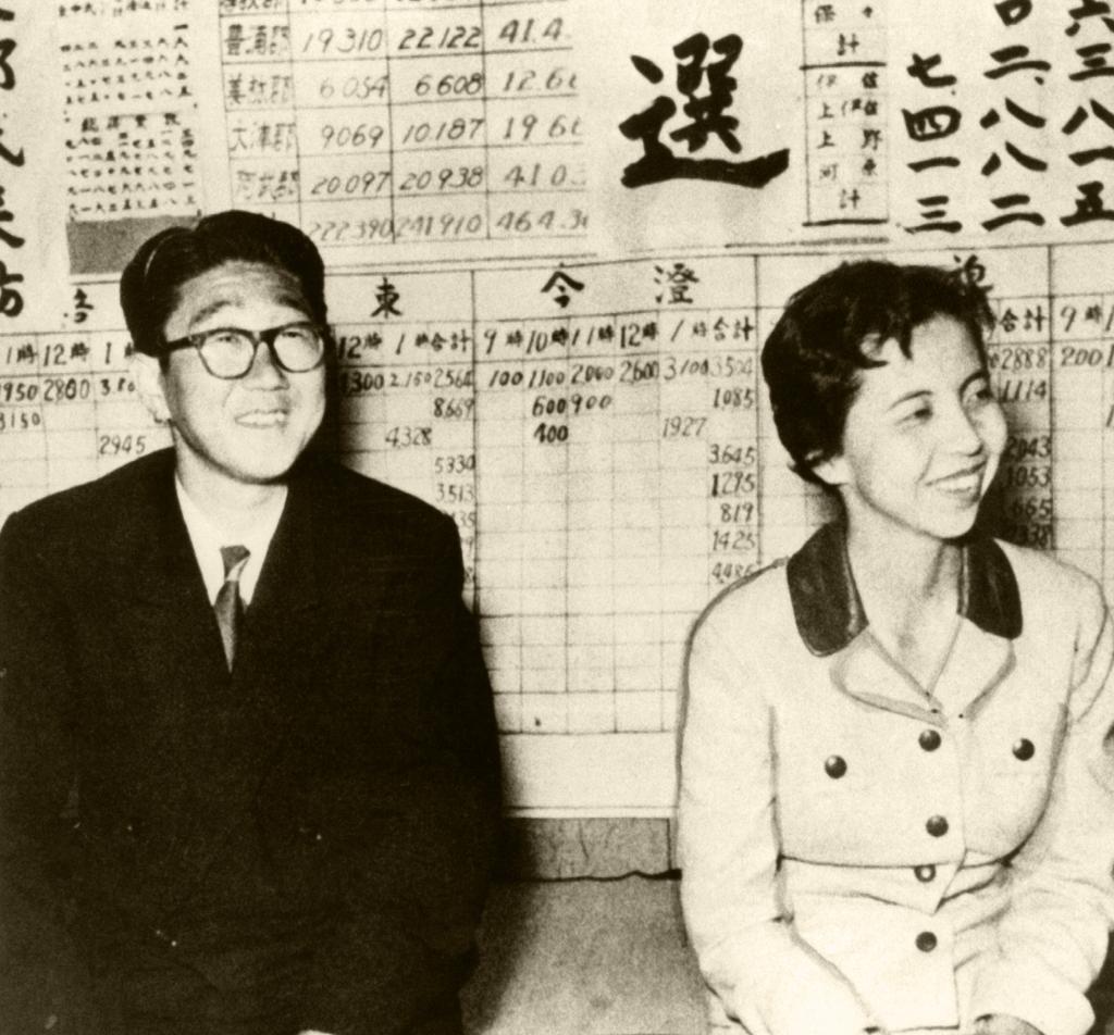 1958年の総選挙で初当選した安倍晋太郎。妻・洋子と (c)朝日新聞社