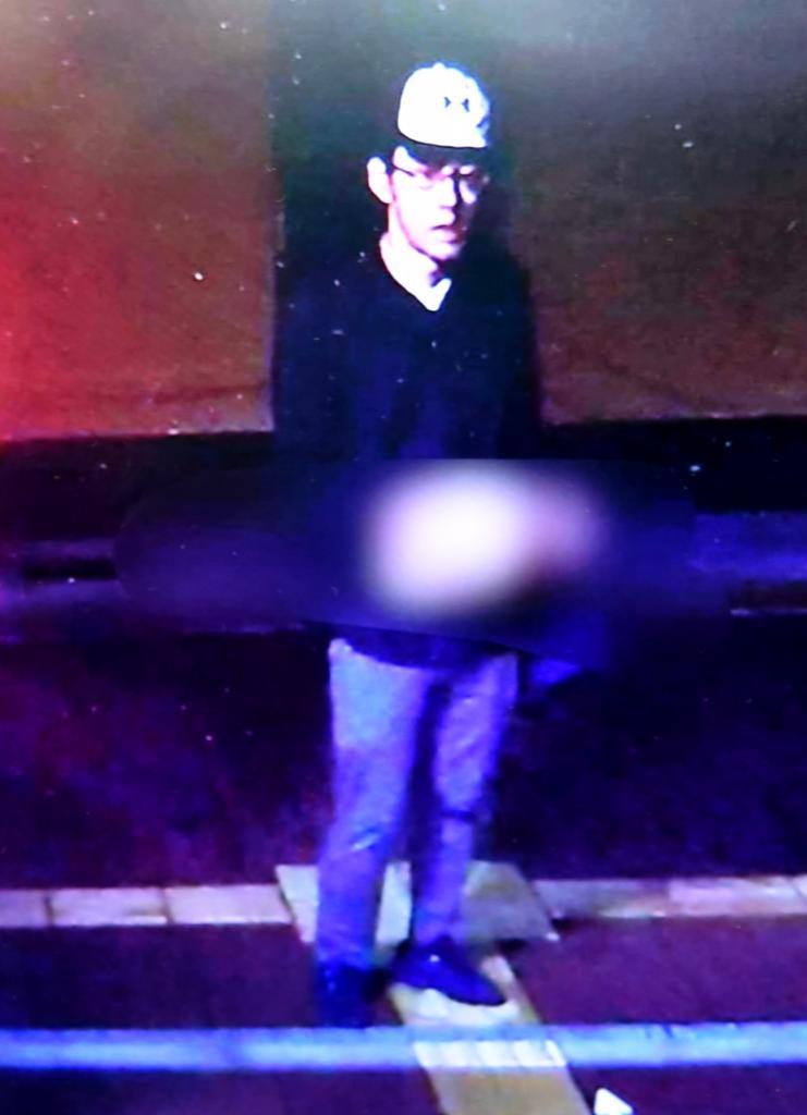 大阪府警が公開した大阪府吹田市の千里山交番を襲撃した30代の男の映像