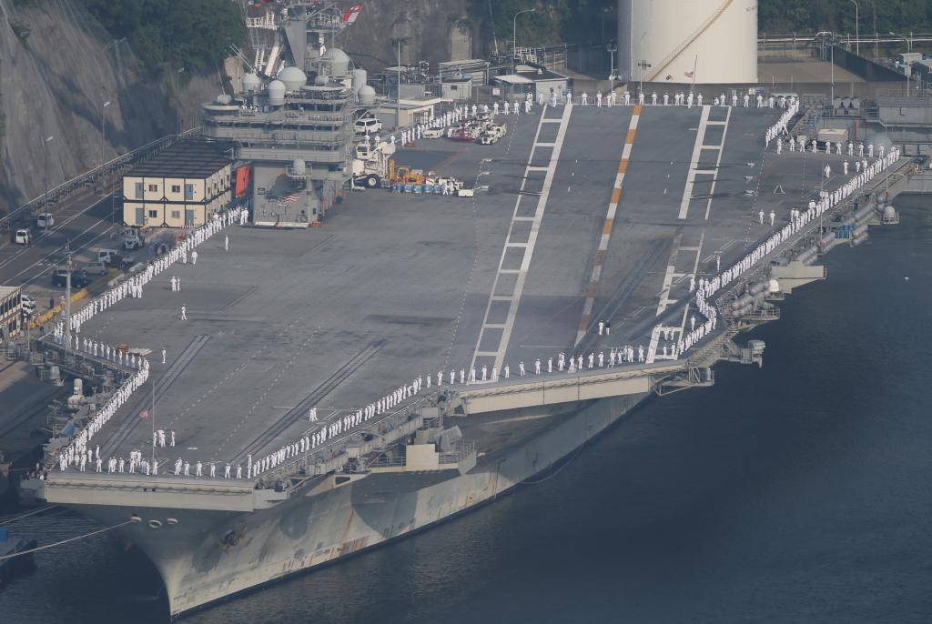 出港を待つ米海軍の原子力空母「ロナルド・レーガン」。甲板を取り囲むように乗員が整列していた/2017年5月、神奈川県横須賀市 (c)朝日新聞社