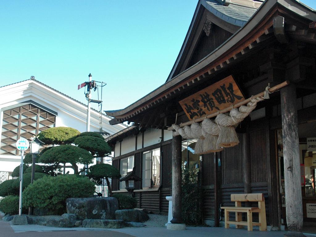 神社の造りを模したJR木次線、出雲横田駅の駅舎。入り口にはしめ縄がかかる(C)朝日新聞社