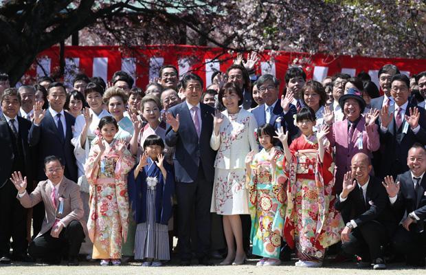 芸能人に囲まれる安倍首相と昭恵夫人 (c)朝日新聞社