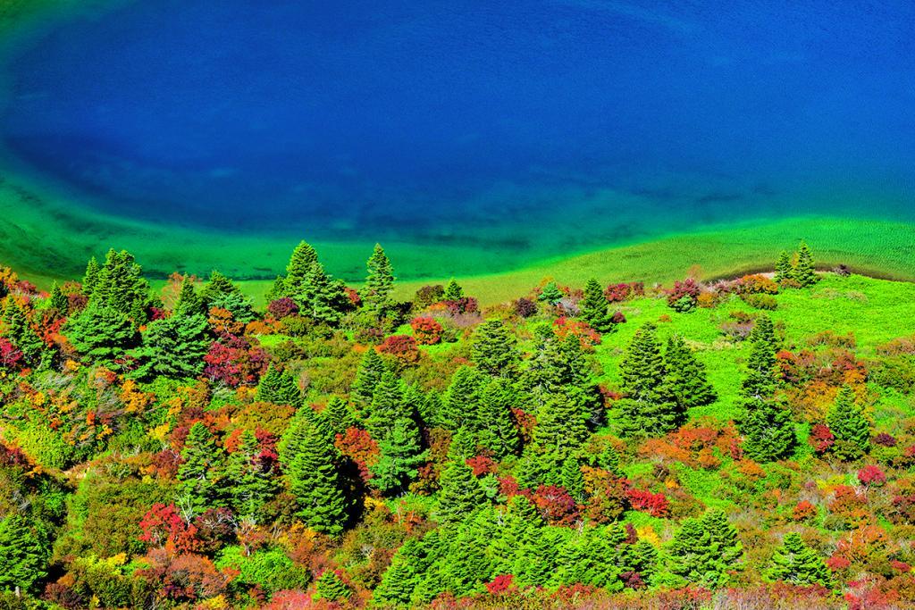 70~200ミリズームレンズで紅葉した木々と青い水面で作画する