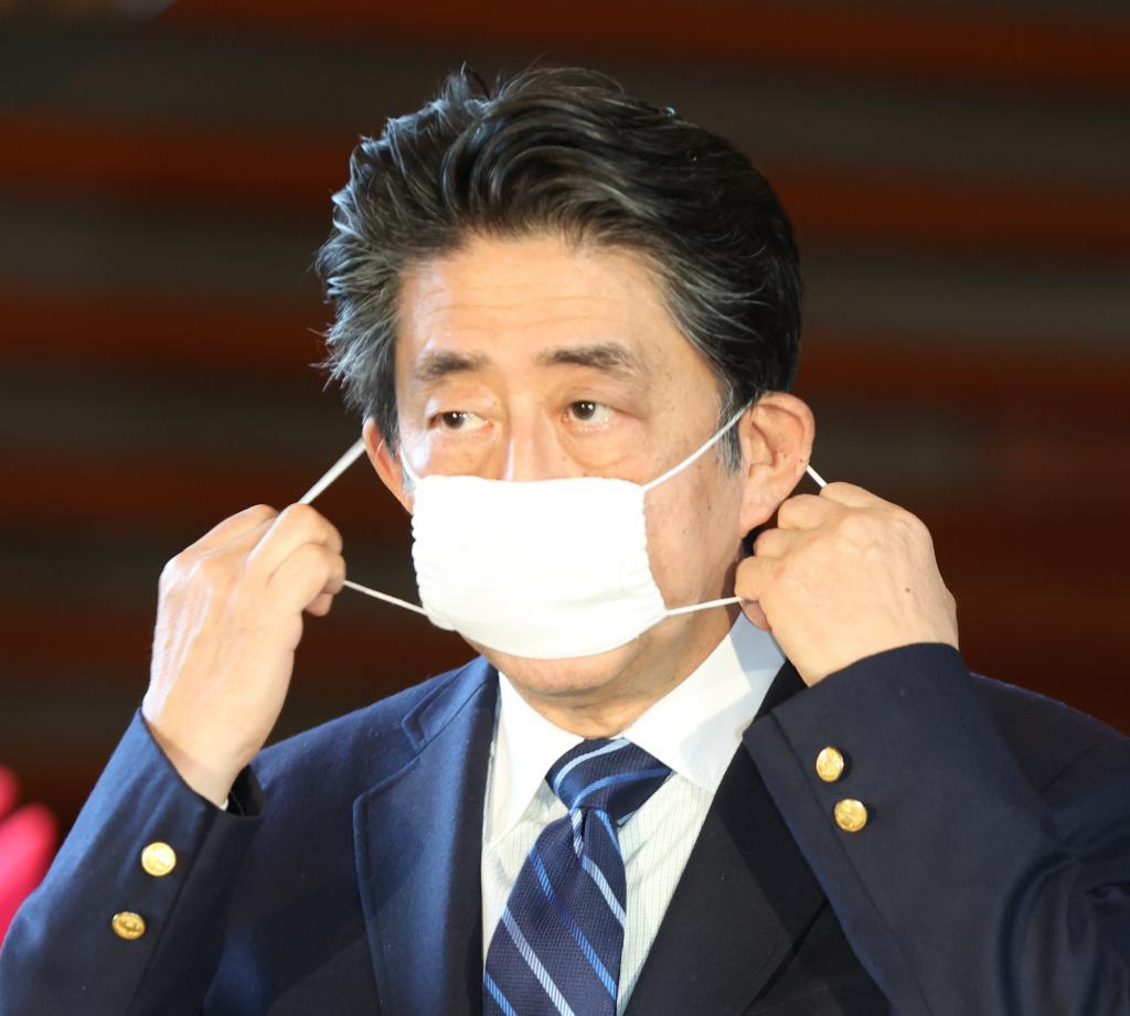5月末まで緊急事態宣言延長をする安倍政権(C)朝日新聞社