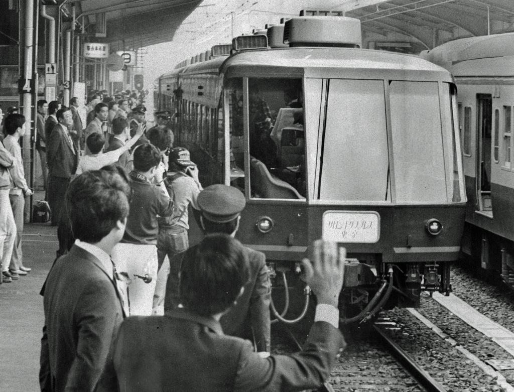 1983年10月、初の日本一周に出発した「サロンエクスプレス東京」(C)朝日新聞社