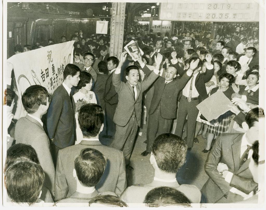 1968年、国鉄大阪駅で、バンザイの祝福を受けて、新婚旅行専用急行「ことぶき」(宮崎行き)で出発する新婚夫婦(C)朝日新聞社