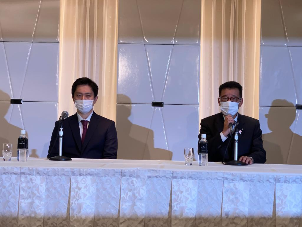 「大阪維新の会」新代表に就任した吉村洋文大阪府知事と引退を表明した松井一郎大阪市長(撮影・今西憲之)